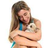 Adolescente hispánico feliz con su pequeño perro Foto de archivo