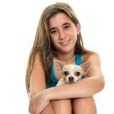 Adolescente hispánico feliz con su pequeño perro Fotos de archivo