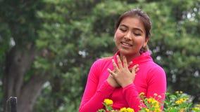 Adolescente hispánico femenino apto en amor almacen de metraje de vídeo
