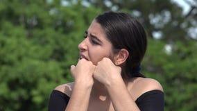 Adolescente hispánico femenino enfadado y tensión almacen de video