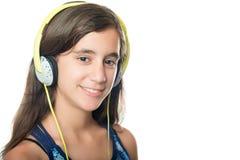 Adolescente hispánico hermoso que escucha la música Imagen de archivo