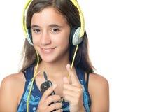 Adolescente hispánico hermoso que escucha la música Fotos de archivo libres de regalías