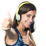 Adolescente hispánico hermoso que escucha la música Imágenes de archivo libres de regalías