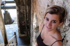 Adolescente hispánico hermoso que se coloca en una escalera vieja Imagen de archivo
