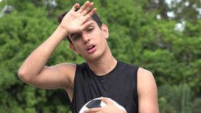 Adolescente hispánico masculino atlético agotado almacen de video