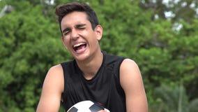 Adolescente hispánico masculino atlético de risa almacen de video