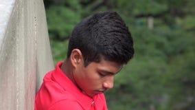 Adolescente hispánico masculino desesperado y avergonzado preocupada Fotografía de archivo libre de regalías