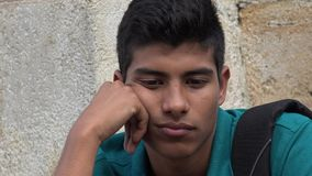 Adolescente hispánico masculino triste e infeliz Foto de archivo