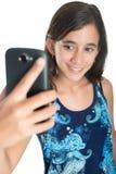 Adolescente hispánico que se toma una foto con su teléfono móvil Foto de archivo libre de regalías