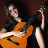 Adolescente hispánico que toca una guitarra acústica Fotografía de archivo