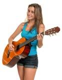 Adolescente hispánico que toca una guitarra acústica Foto de archivo