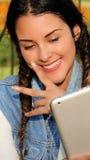 Adolescente hispánico que usa la tableta Fotografía de archivo