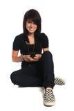 Adolescente hispánico usando el teléfono celular Foto de archivo
