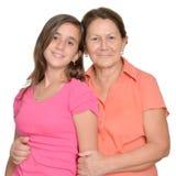 Adolescente hispánico y su abuela aislados en blanco Fotografía de archivo