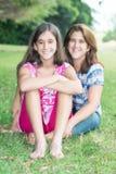 Adolescente hispánico y su madre en un parque hermoso Foto de archivo libre de regalías