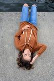 Adolescente horizontal en muelle concreto foto de archivo libre de regalías