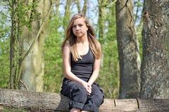 Adolescente imponente en bosque Fotos de archivo libres de regalías