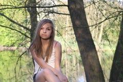 Adolescente imponente en bosque Imagen de archivo libre de regalías
