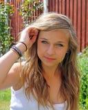 Adolescente imponente en jardín Imagen de archivo libre de regalías