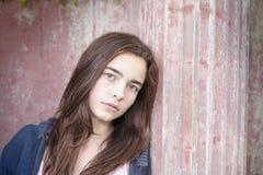 Adolescente, inclinándose contra un pilar antiguo Foto de archivo