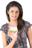 Adolescente indiano com cartão de crédito fotografia de stock royalty free