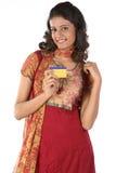 Adolescente indiano que mostra o cartão de crédito imagens de stock royalty free