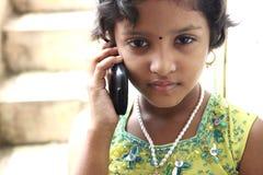 Adolescente indiano su un telefono delle cellule Fotografia Stock Libera da Diritti