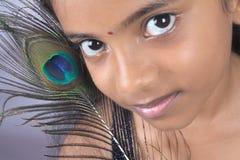 Adolescente indienne avec la clavette de paon images libres de droits