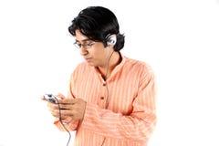 Adolescente indio con el MP3 Imagen de archivo
