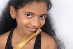 Adolescente indio con la flauta Imagenes de archivo
