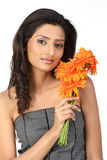 Adolescente indio con las flores de la margarita Fotografía de archivo