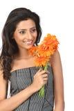 Adolescente indio con las flores de la margarita Foto de archivo libre de regalías