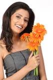 Adolescente indio con las flores de la margarita Fotos de archivo libres de regalías