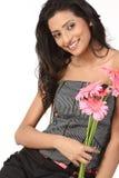 Adolescente indio con las flores rosadas de la margarita Foto de archivo libre de regalías