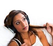 Adolescente indio, con los auriculares sosteniendo el pelo Fotos de archivo libres de regalías