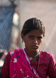 Adolescente indio con una sari púrpura Fotos de archivo libres de regalías