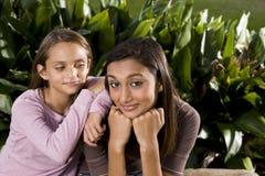 Adolescente indio de la mezclado-raza bonita con más joven Imagenes de archivo