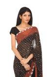 Adolescente indio en la sari que se coloca reservado Foto de archivo