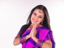 Adolescente indio que da la bienvenida con sonrisa Fotografía de archivo