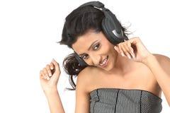 Adolescente indio que disfruta de música Fotos de archivo libres de regalías