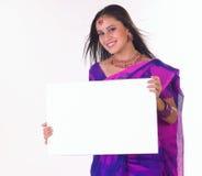 Adolescente indio que lleva a cabo el cartel blanco Imagen de archivo
