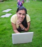 Adolescente indio que trabaja en el ordenador. Foto de archivo