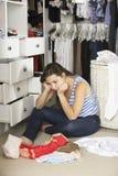 Adolescente infelice incapace di trovare attrezzatura adatta in guardaroba Immagine Stock Libera da Diritti