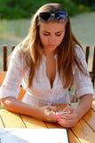 Adolescente infeliz con el teléfono móvil Fotos de archivo
