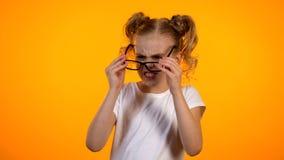 Adolescente infeliz con la corrección de la vista de la oftalmología de los niños de las lentes fotos de archivo
