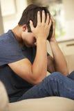 Adolescente infeliz que se sienta en Sofa At Home Imagen de archivo libre de regalías