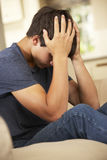Adolescente infeliz que se sienta en Sofa At Home Fotos de archivo libres de regalías