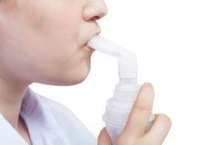 Adolescente inhala con la boquilla del nebulizador del jet Fotografía de archivo