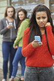 Adolescente intimidé par le message textuel images stock