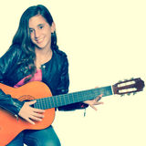 Adolescente ispanico d'avanguardia che gioca una chitarra acustica Immagine Stock Libera da Diritti